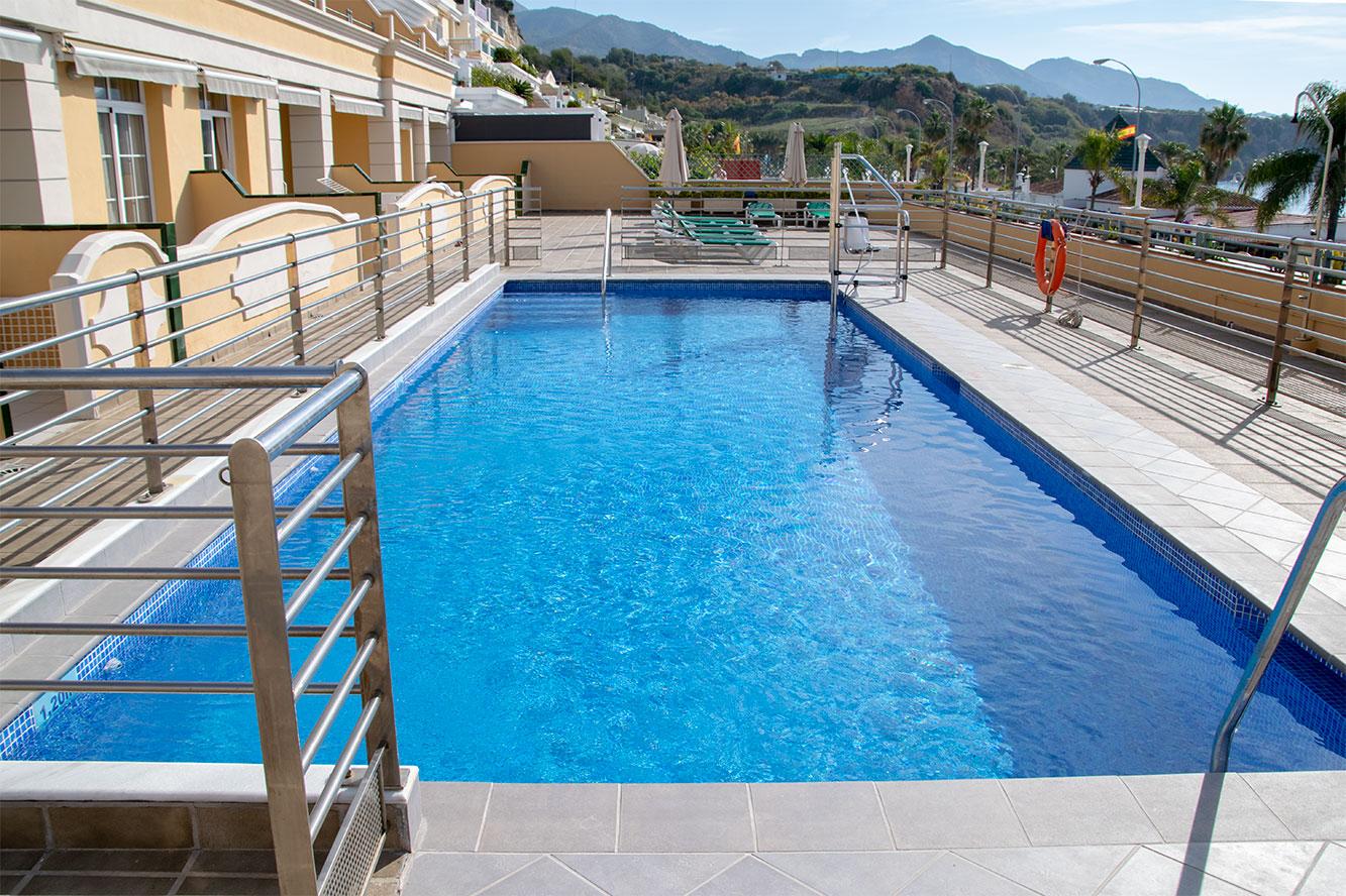 Piscina terraza apartamentos Nerja Bahía